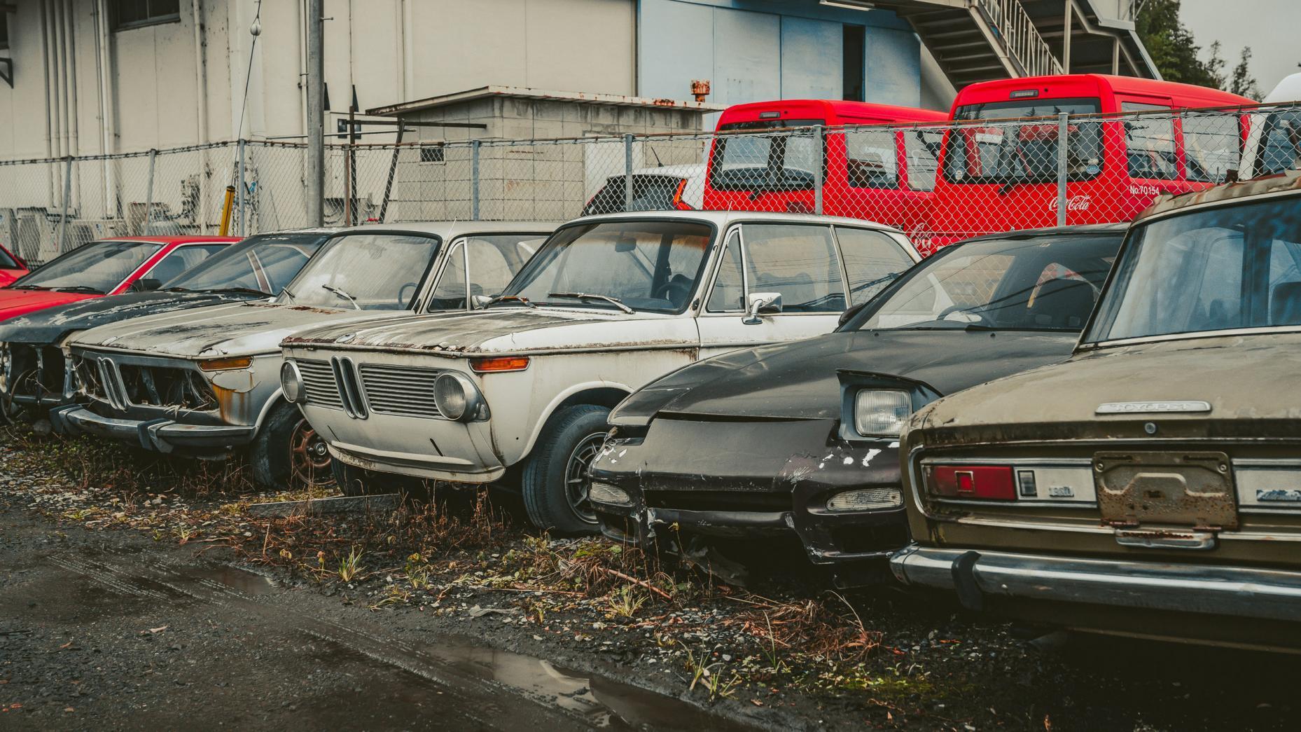 Japans autokerkhof koplamp knipoog