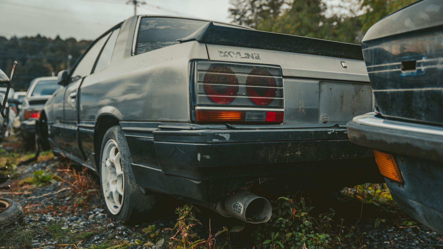 Japans autokerkhof Nissan GTR detail achter