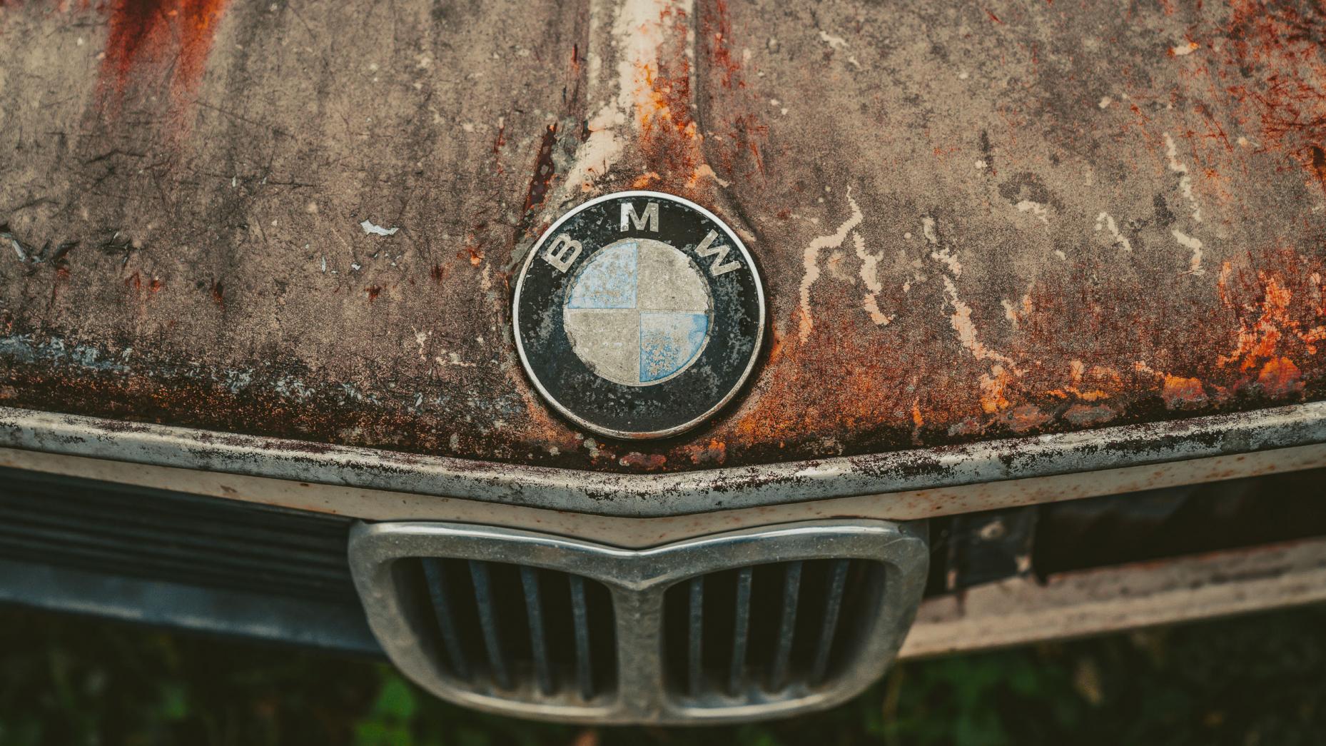 Japans autokerkhof BMW logo roest motorkap