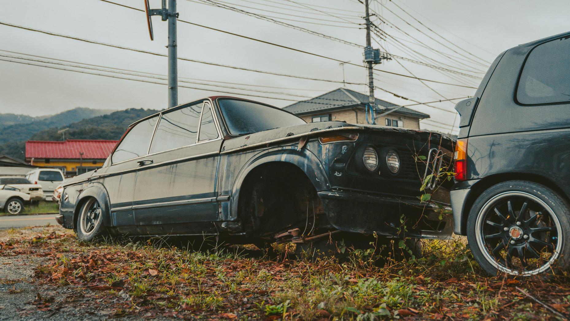 Japans autokerkhof Alpina zonder voorbanden