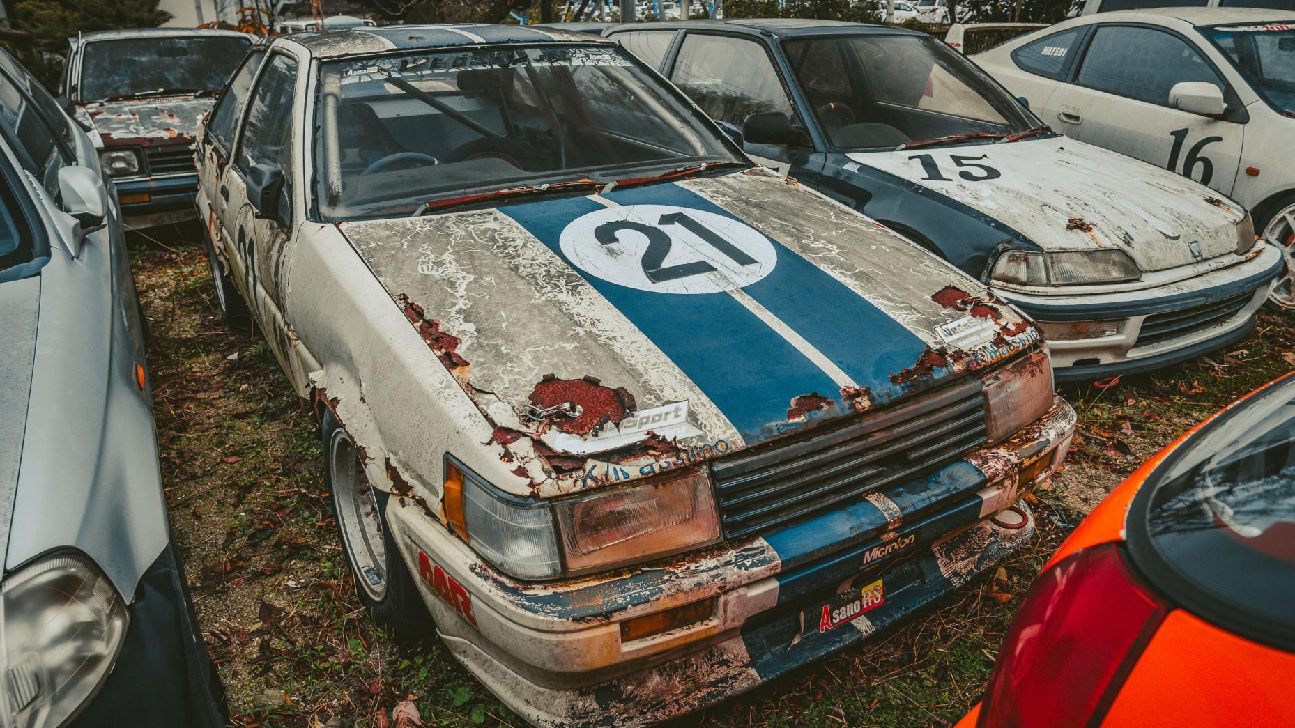 Japans autokerkhof oude Nissan voor