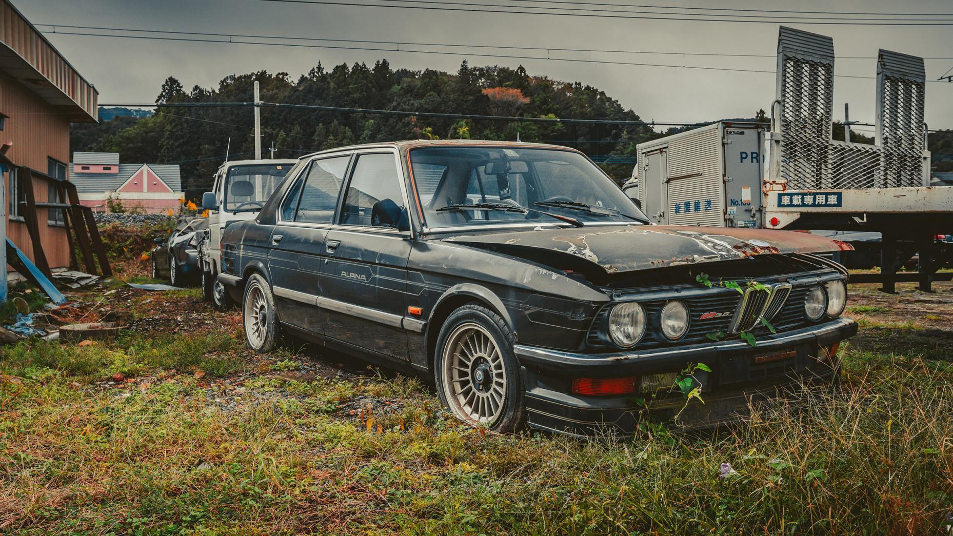Japans Autokerkhof oude Alpina B3
