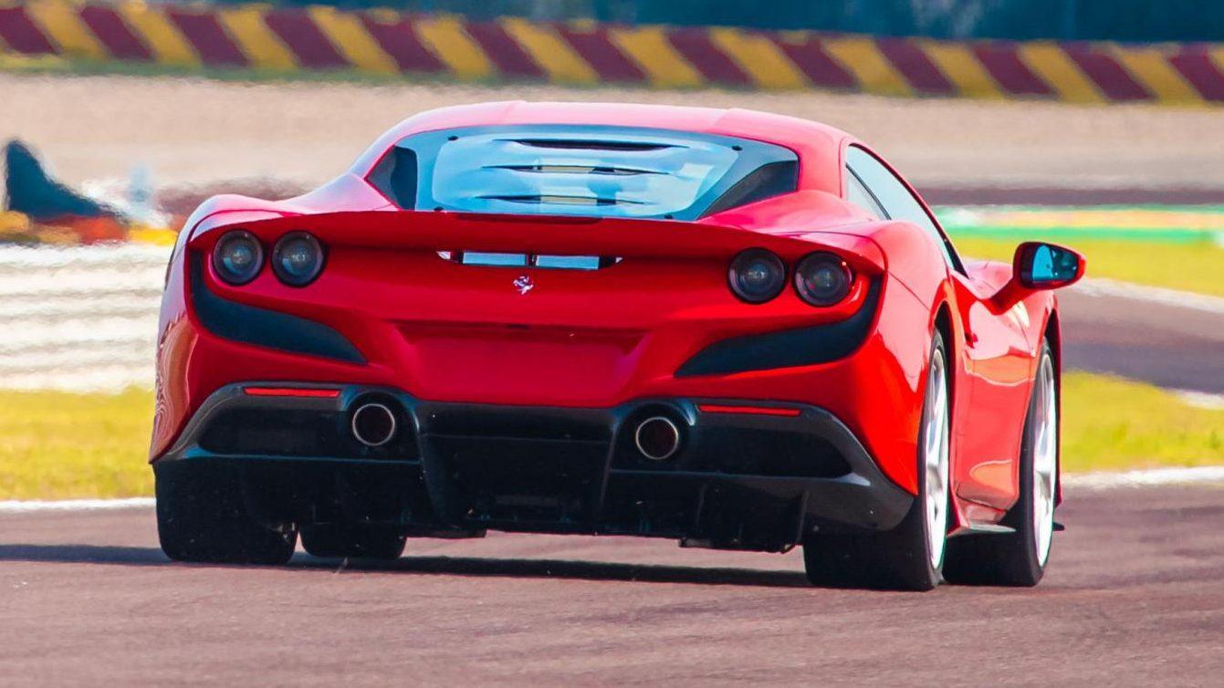 Ferrari F8 Tributo rijder achterkant