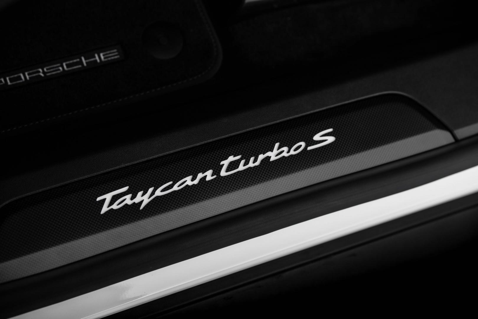 Porsche Taycan Turbo S detail badge deurlijst