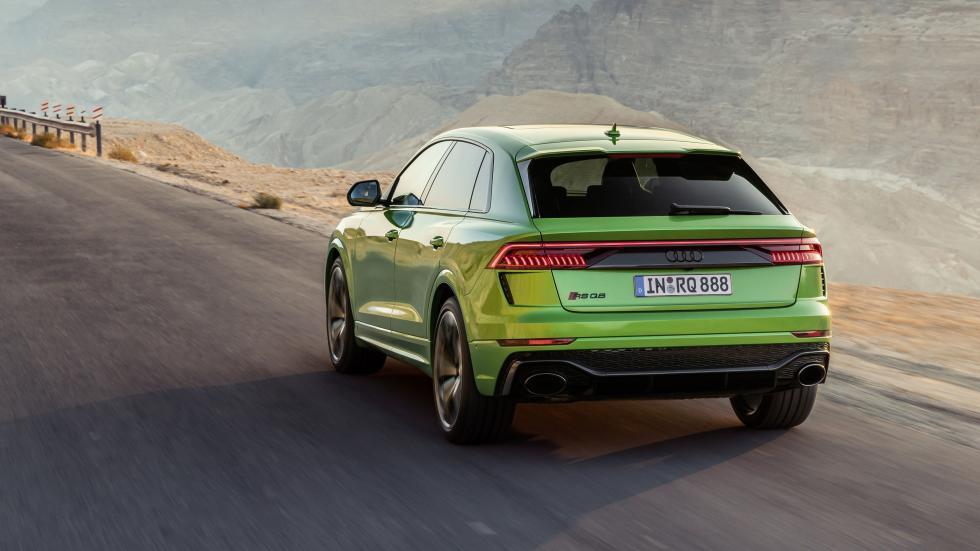 Audi RS Q8 drie kwart achter op wegg