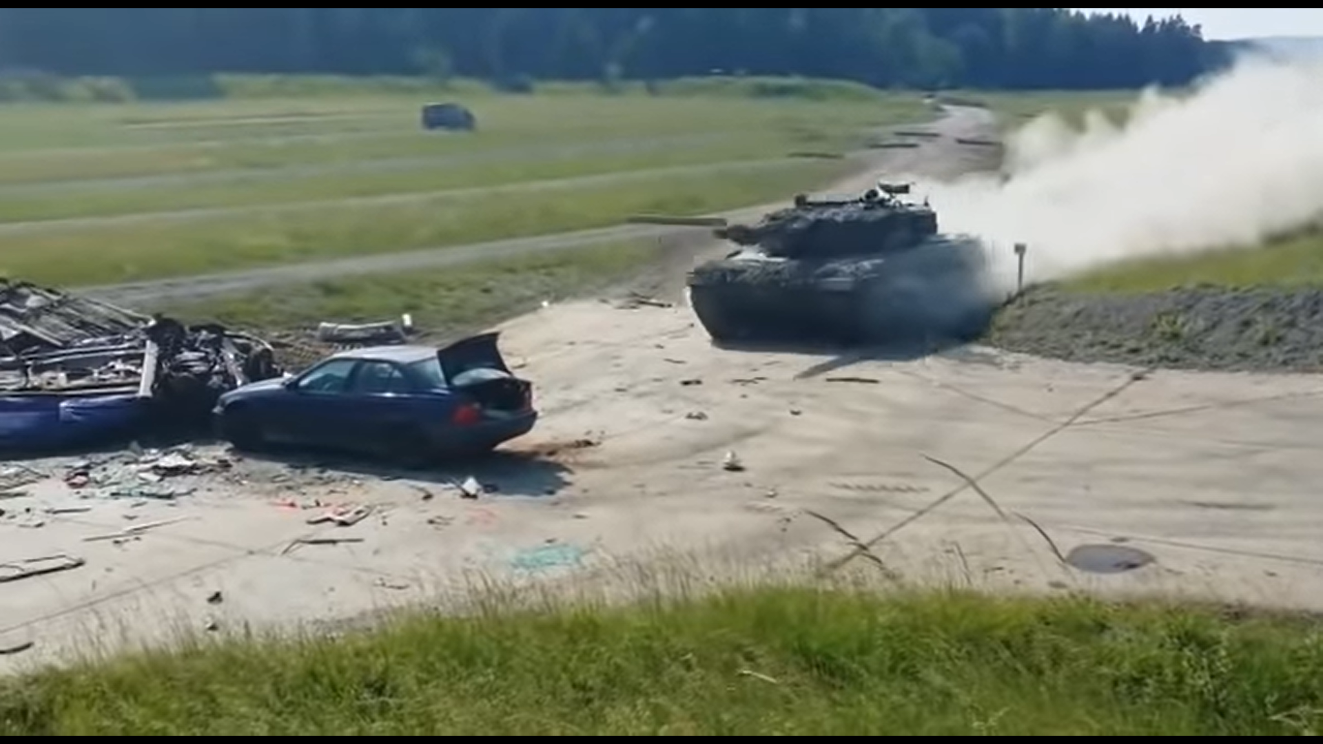 Tank rijdt hard over BMW heen