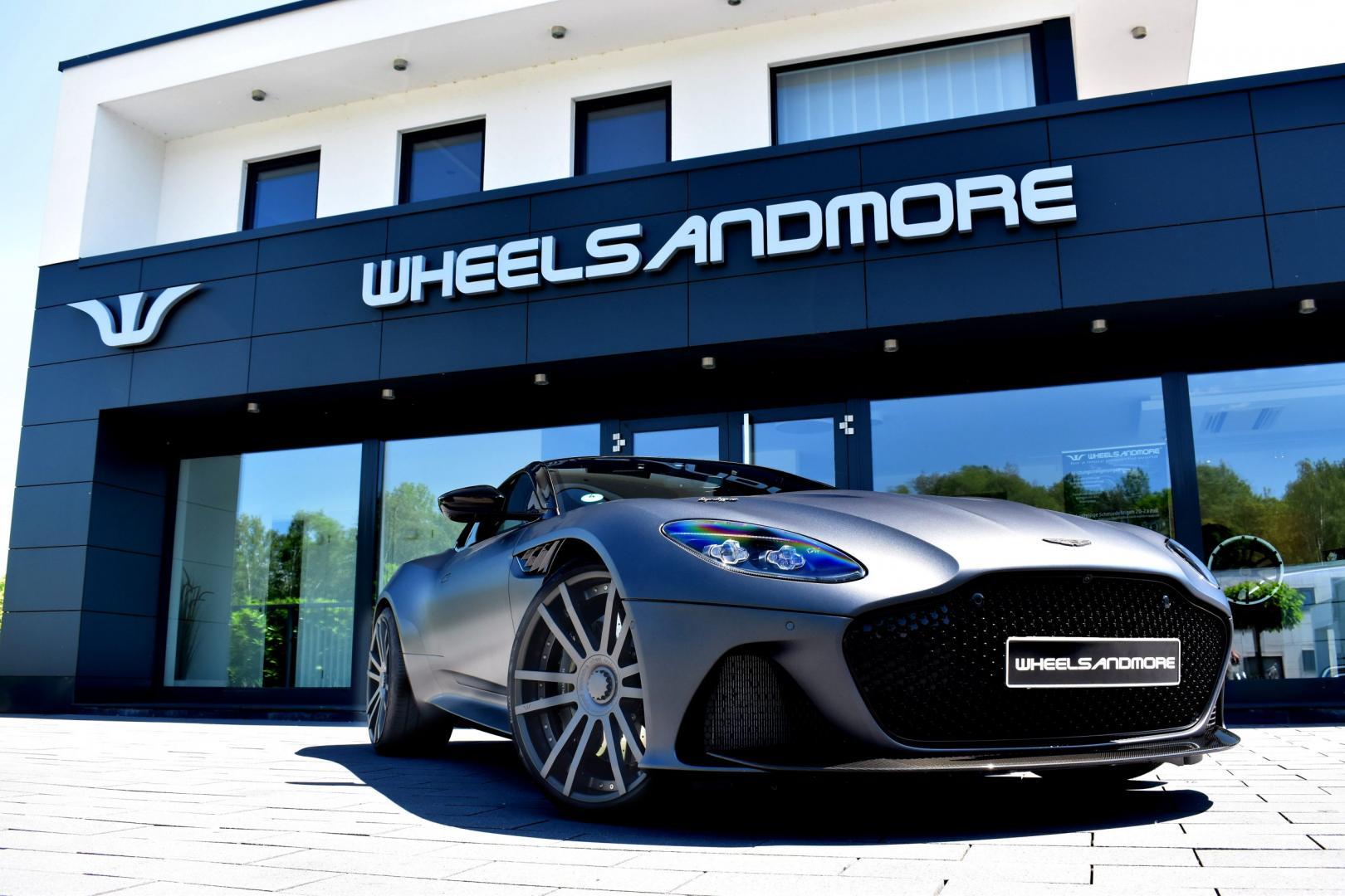 Wheelsandmore Aston Martin DBS Superleggera drie kwart voor voor winkel