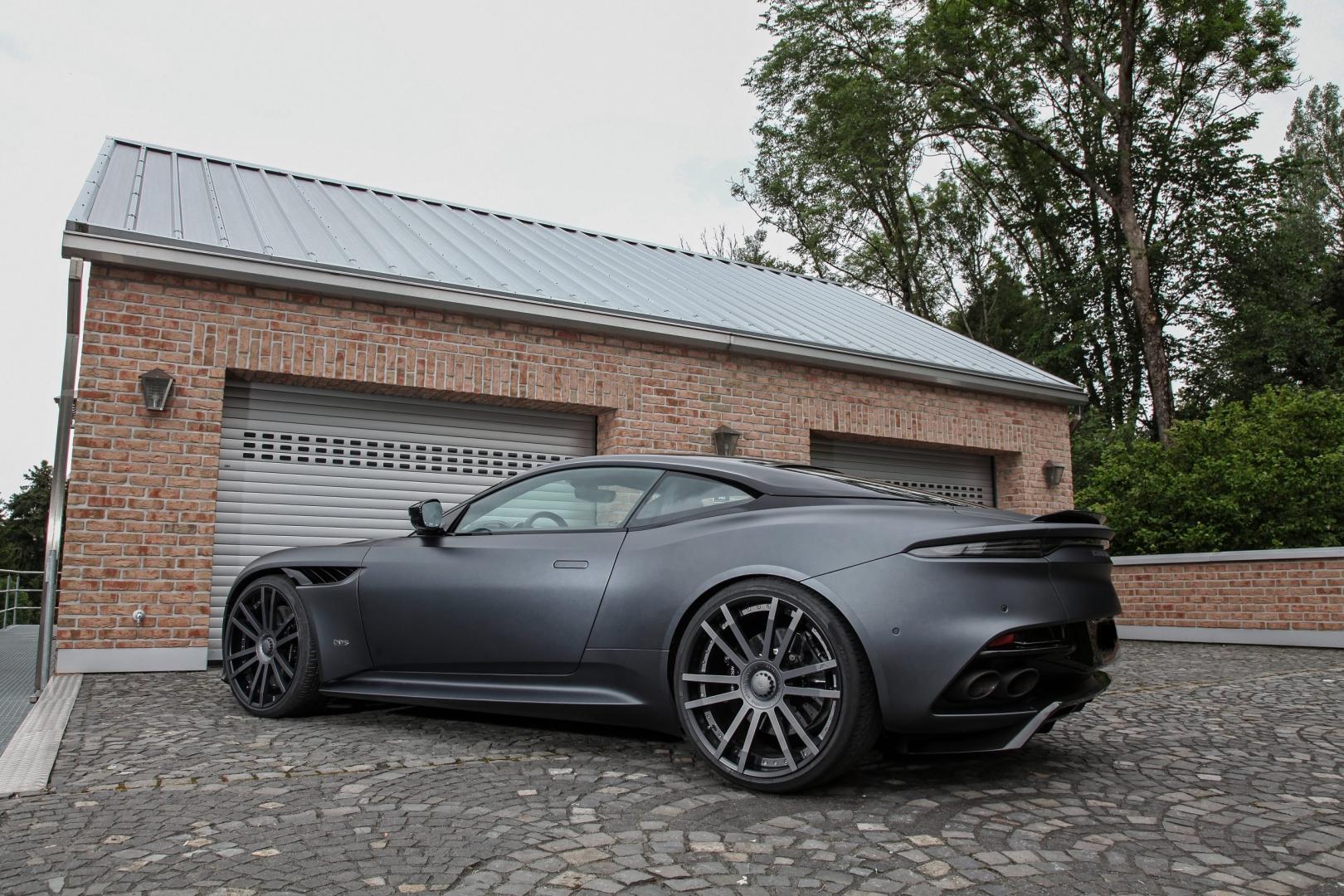 Wheelsandmore Aston Martin DBS Superleggera voor garage schuin achter