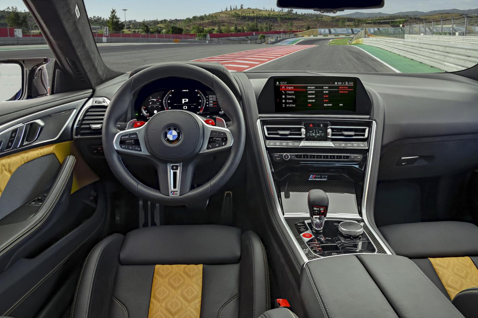 BMW M8 Competition interieur dashboard