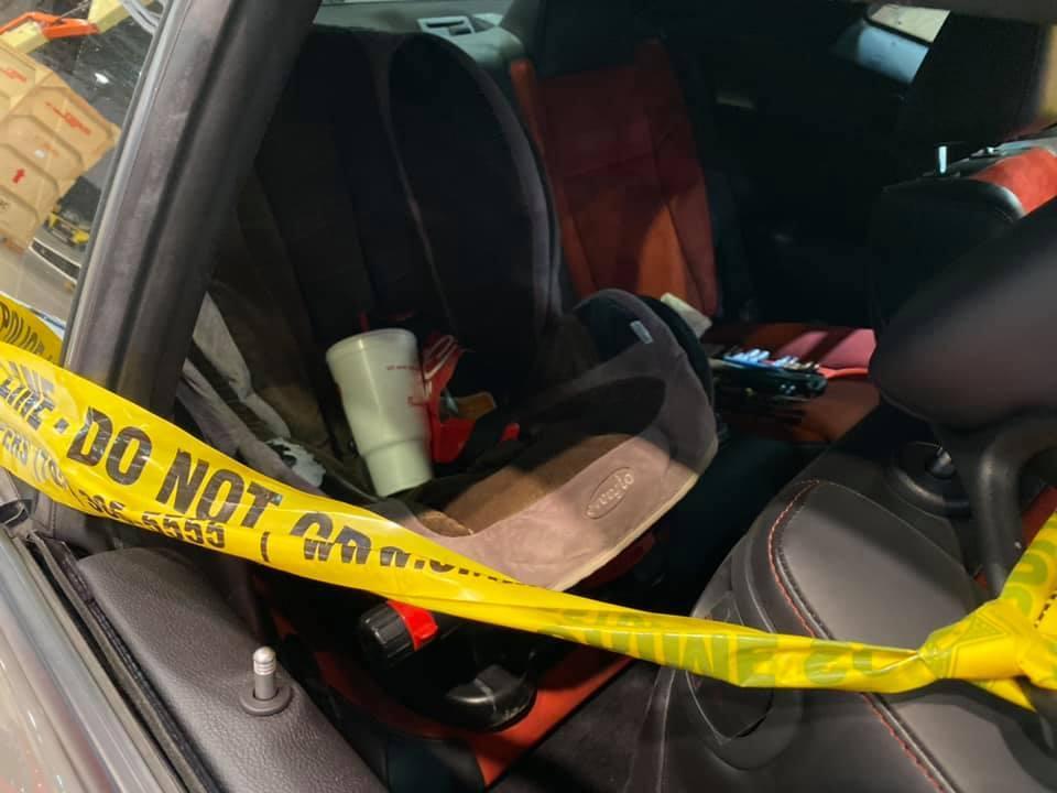 Dodge Challenger Hellcat gestolen en gecrasht interieur achter babyzitje