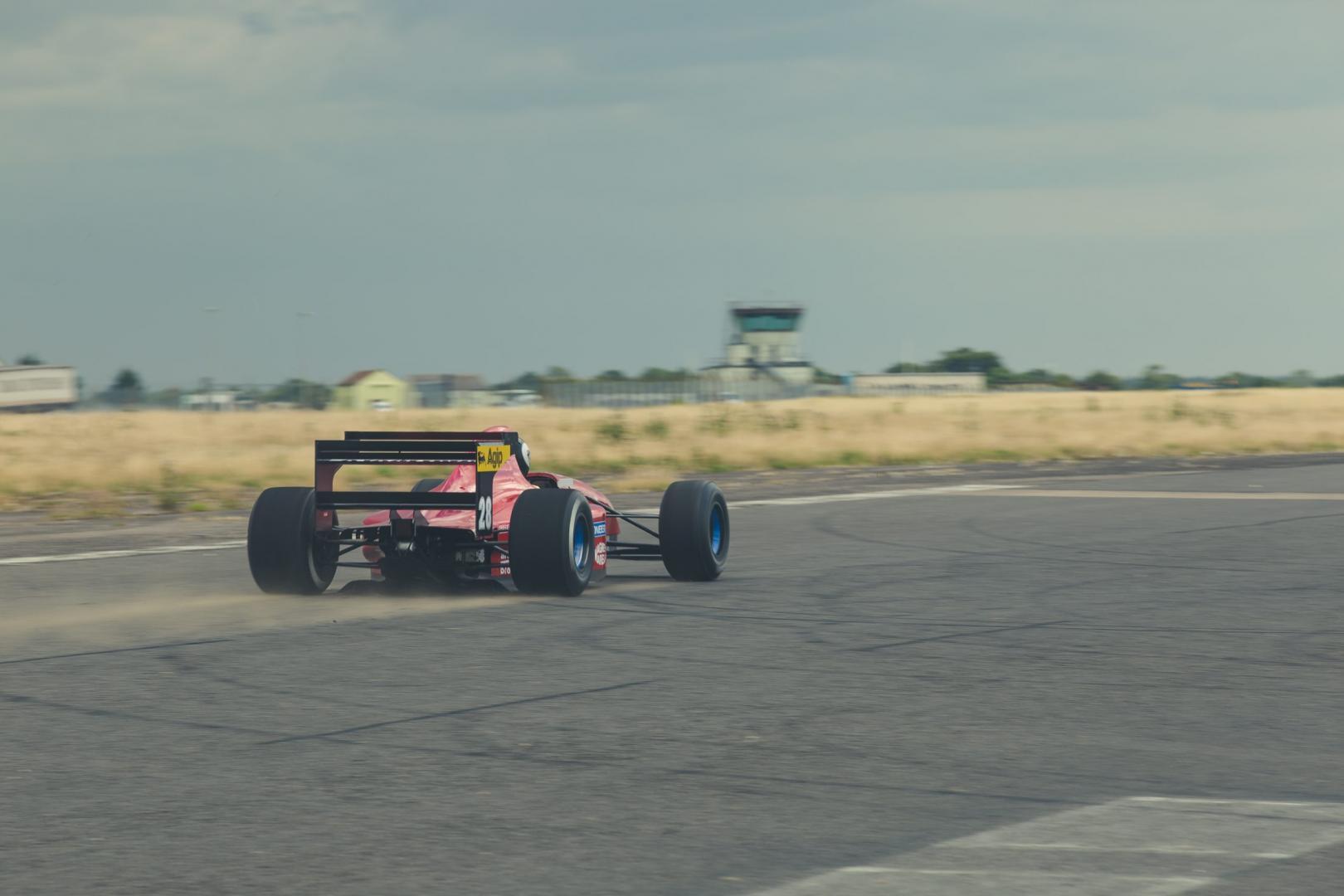 F1 auto Mike O'Connor Ferrari 412 T2 vliegveld rijder