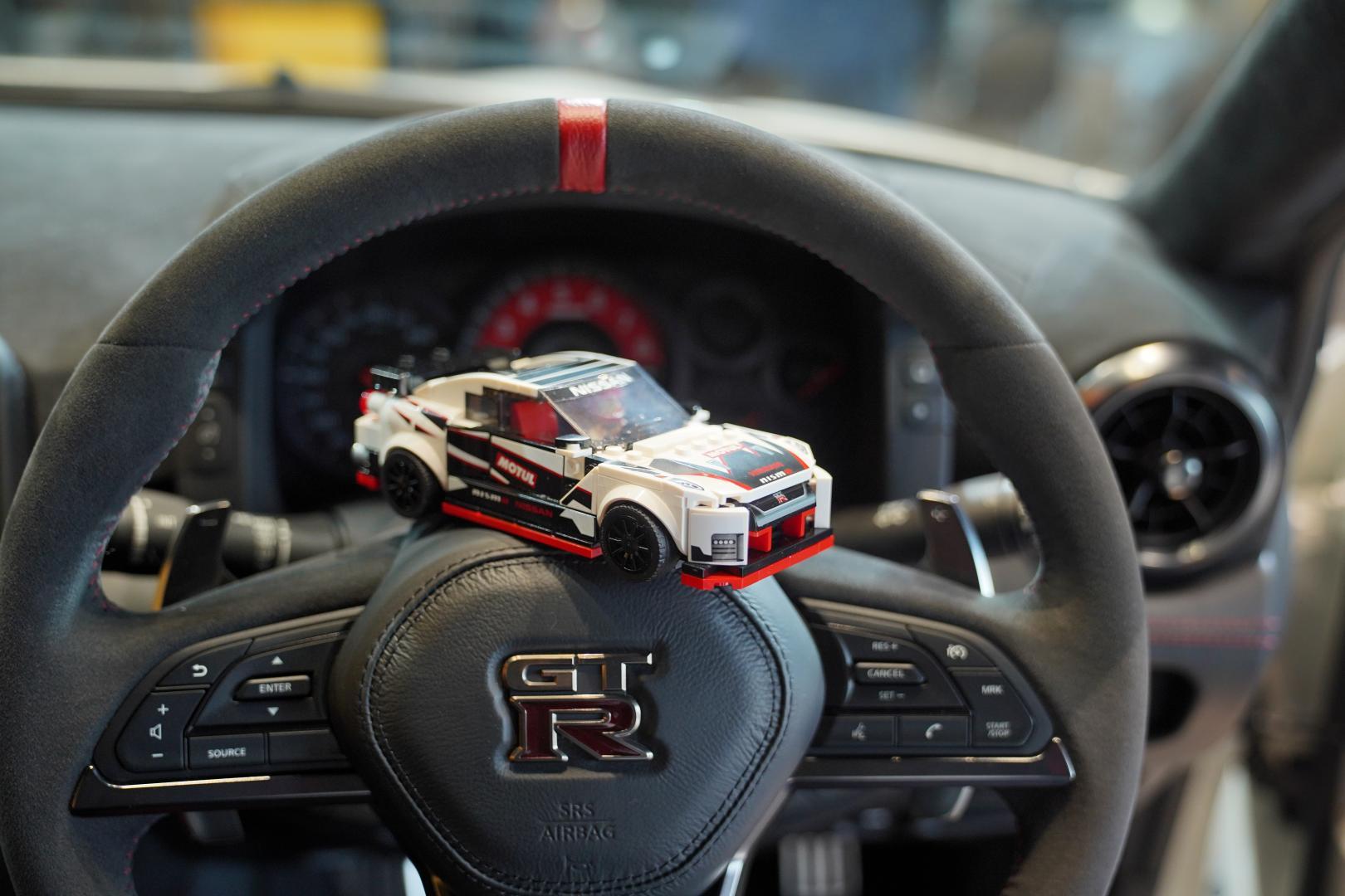 Lego Nissan GT-R Nismo lego voor echt achter op stuur