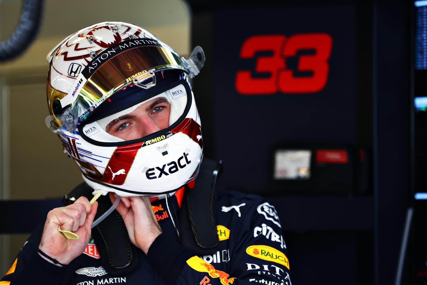 Max Verstappen doet helm op GP van Abu Dhabi 2019