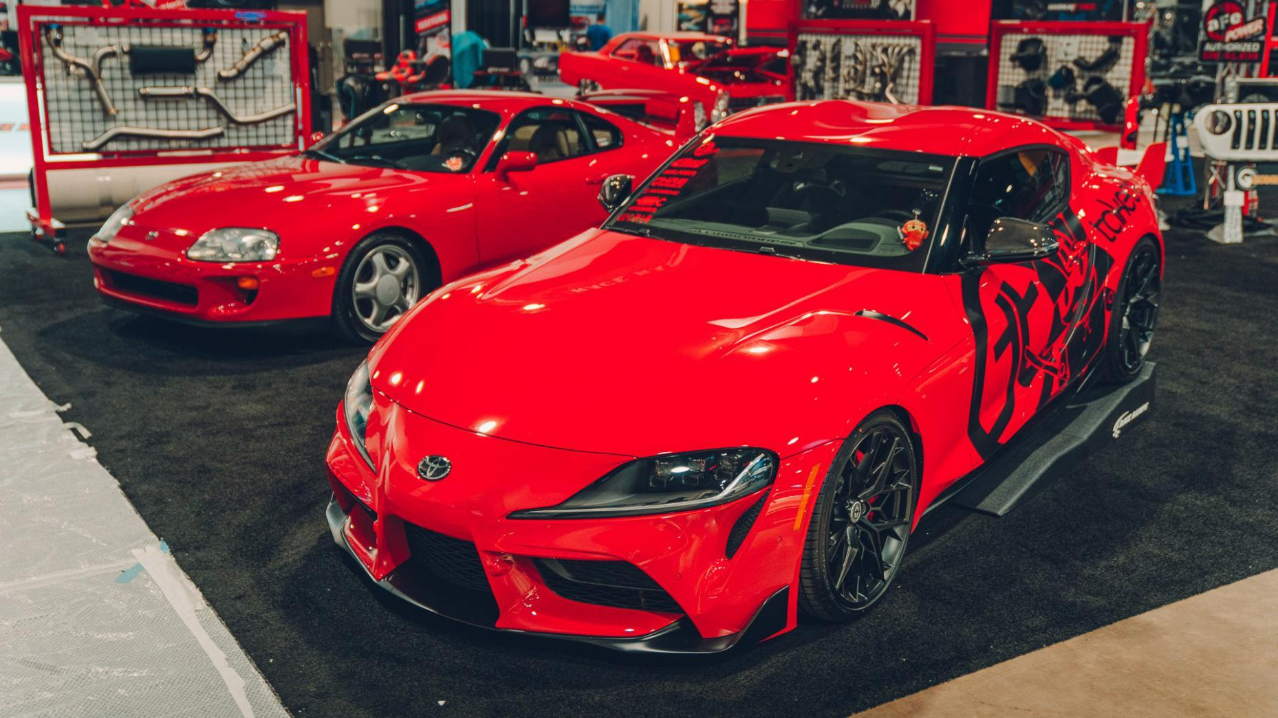 Toyota A90 Supra SEMA 2019 rood drie kwart links voor boven