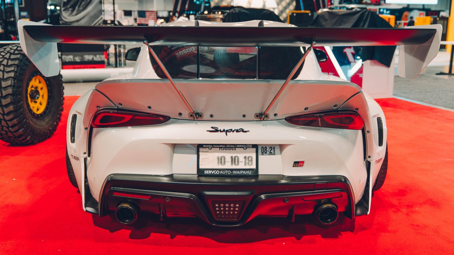 Toyota A90 Supra SEMA 2019 wit recht achter