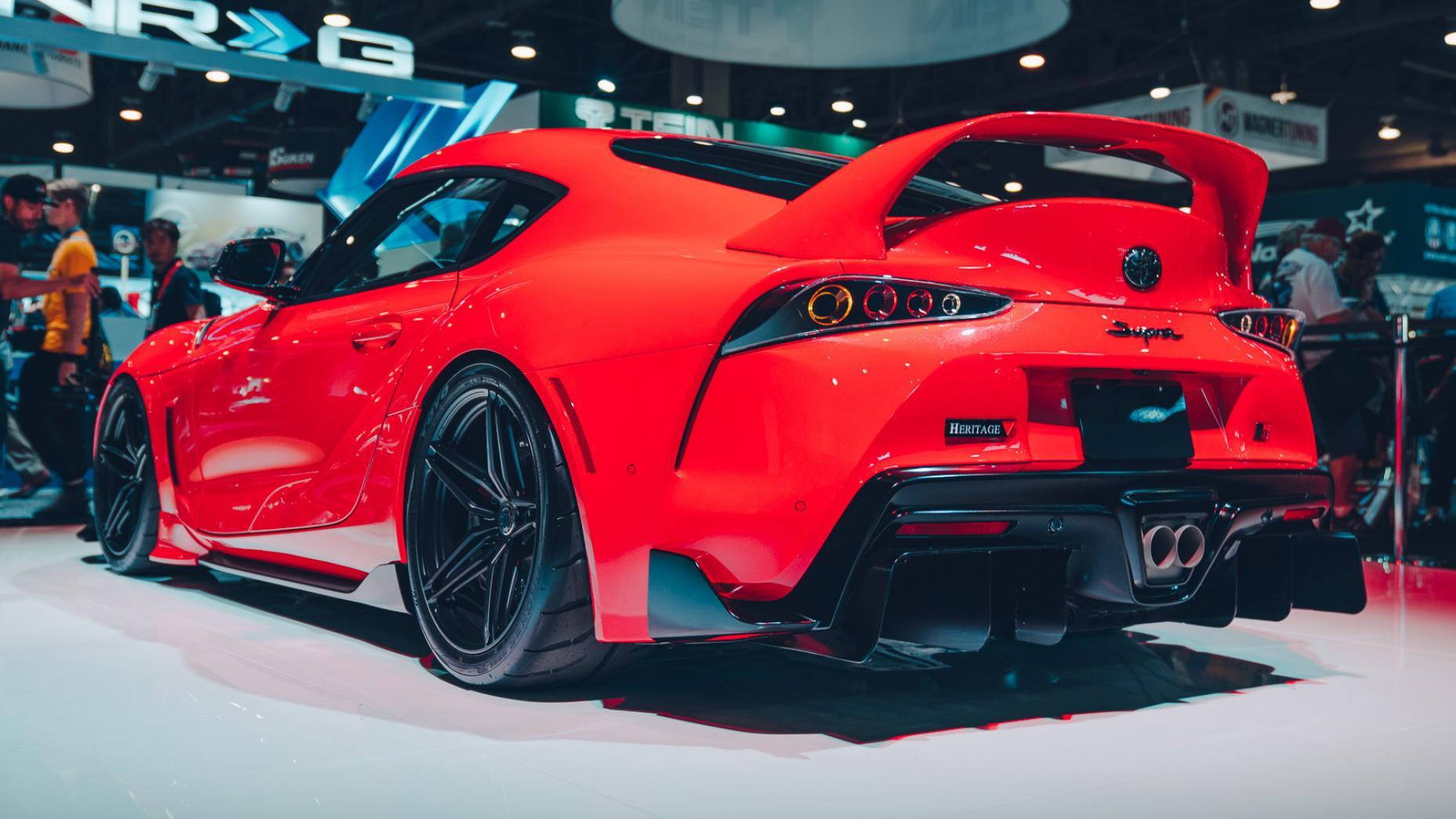 Toyota A90 Supra SEMA 2019 rood drie kwart links achter