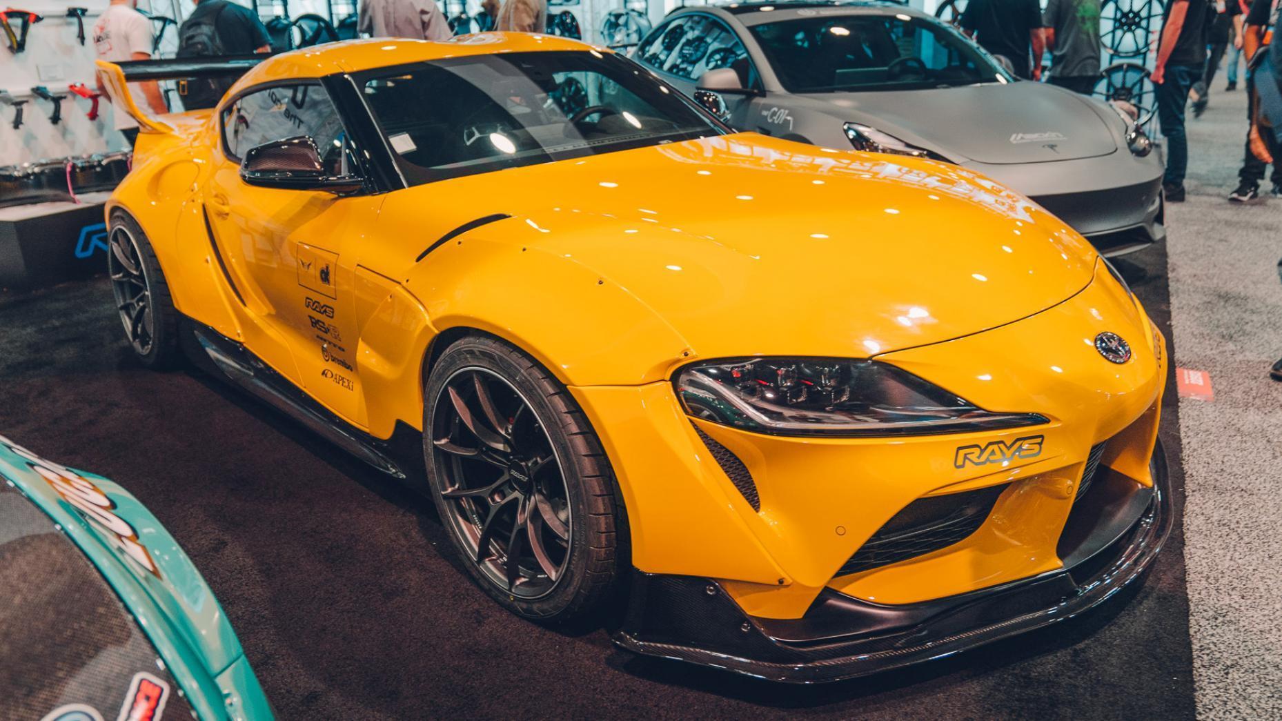 Toyota A90 Supra SEMA 2019 geel drie kwart voor dichtbij