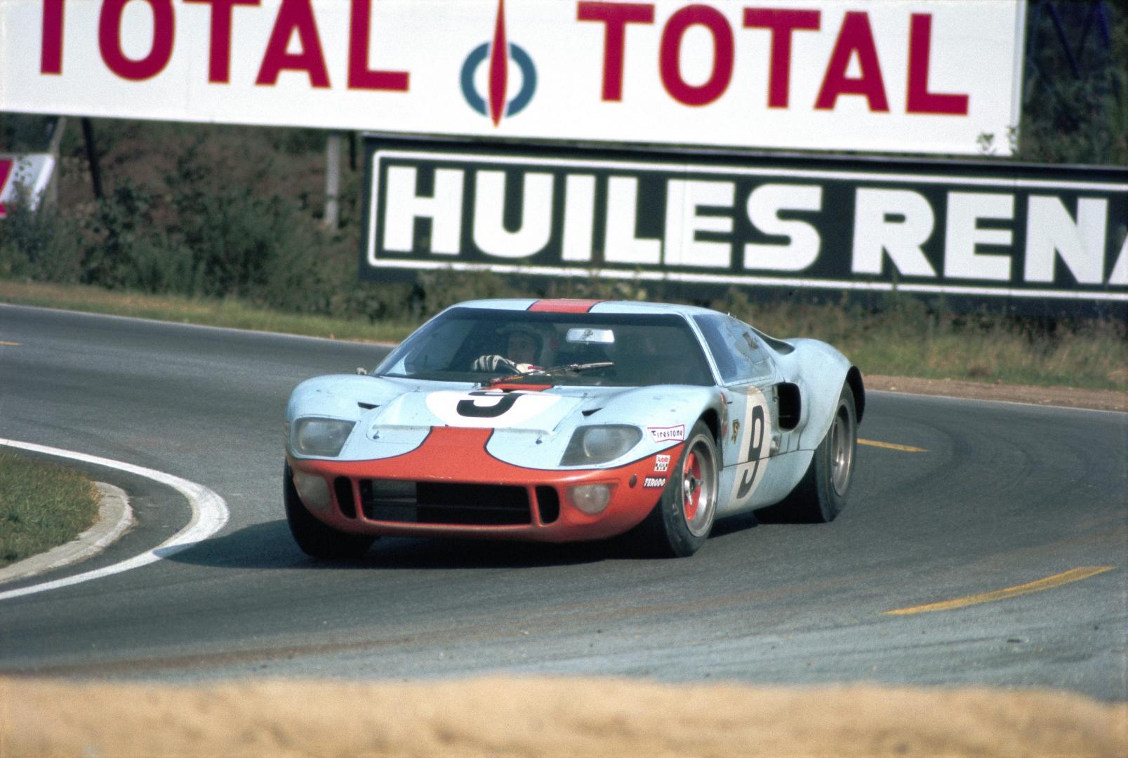 Ford GT40 Gulf tijdens de 24 Uur van Le Mans in 1968