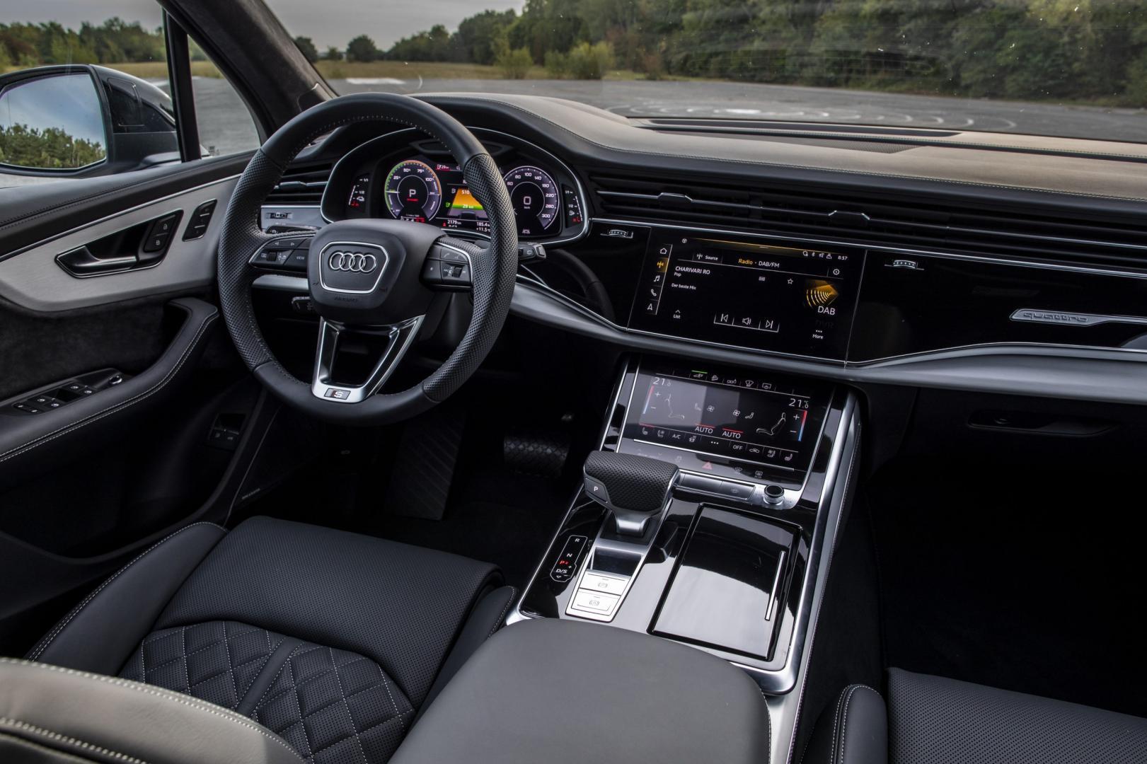 Audi Q7 TFSI e interieur dashboard