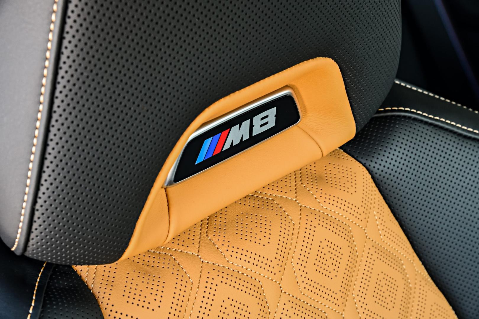 BMW M8 Competition interieur detail hoofdsteun M8 badge