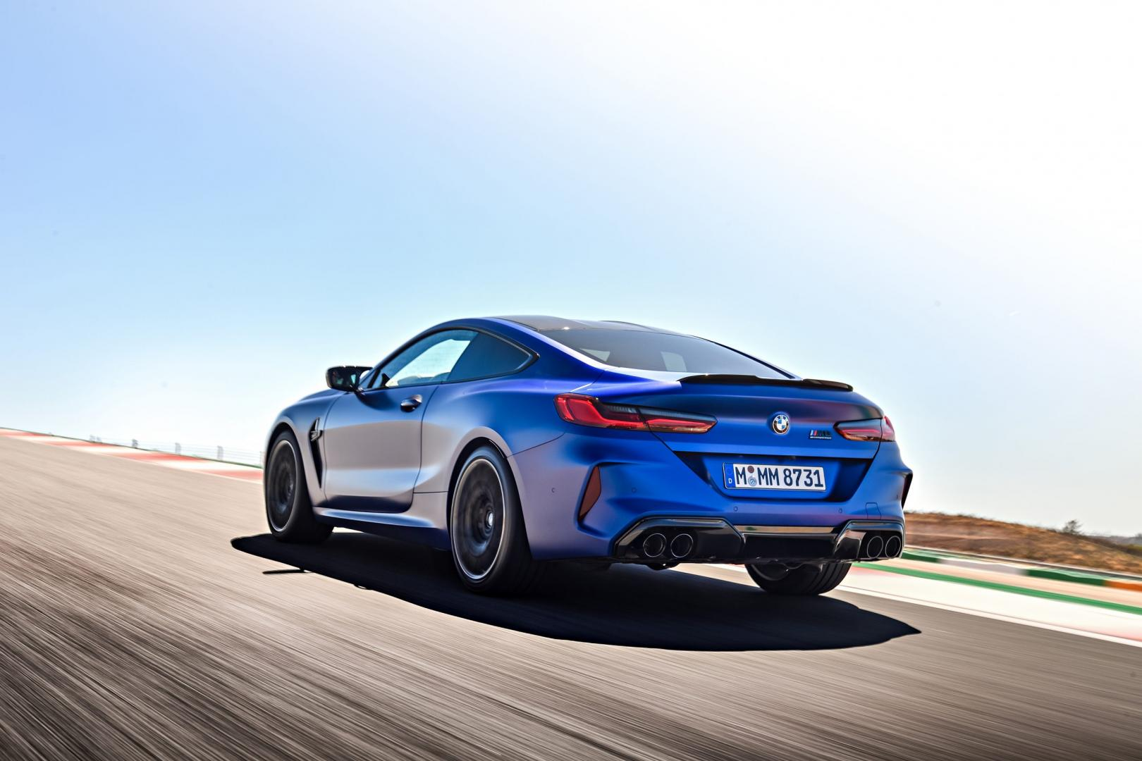 BMW M8 Competition rijder 3 4 achter links