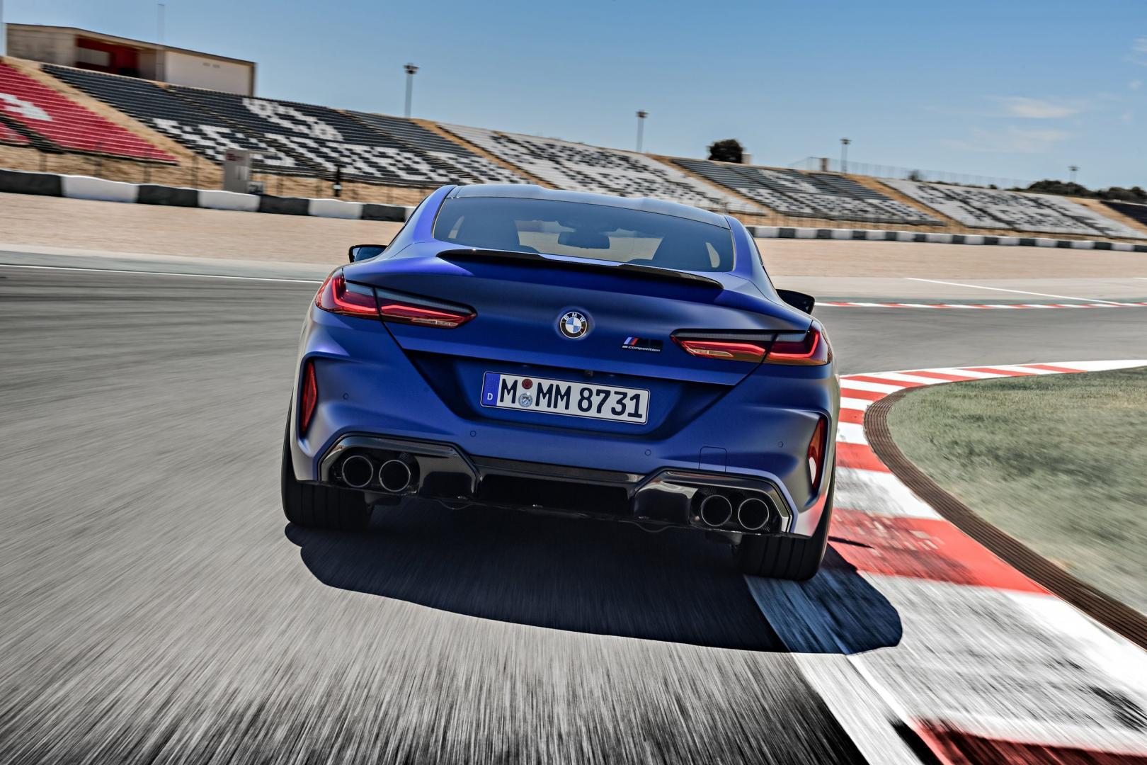 BMW M8 Competition rijder recht achter