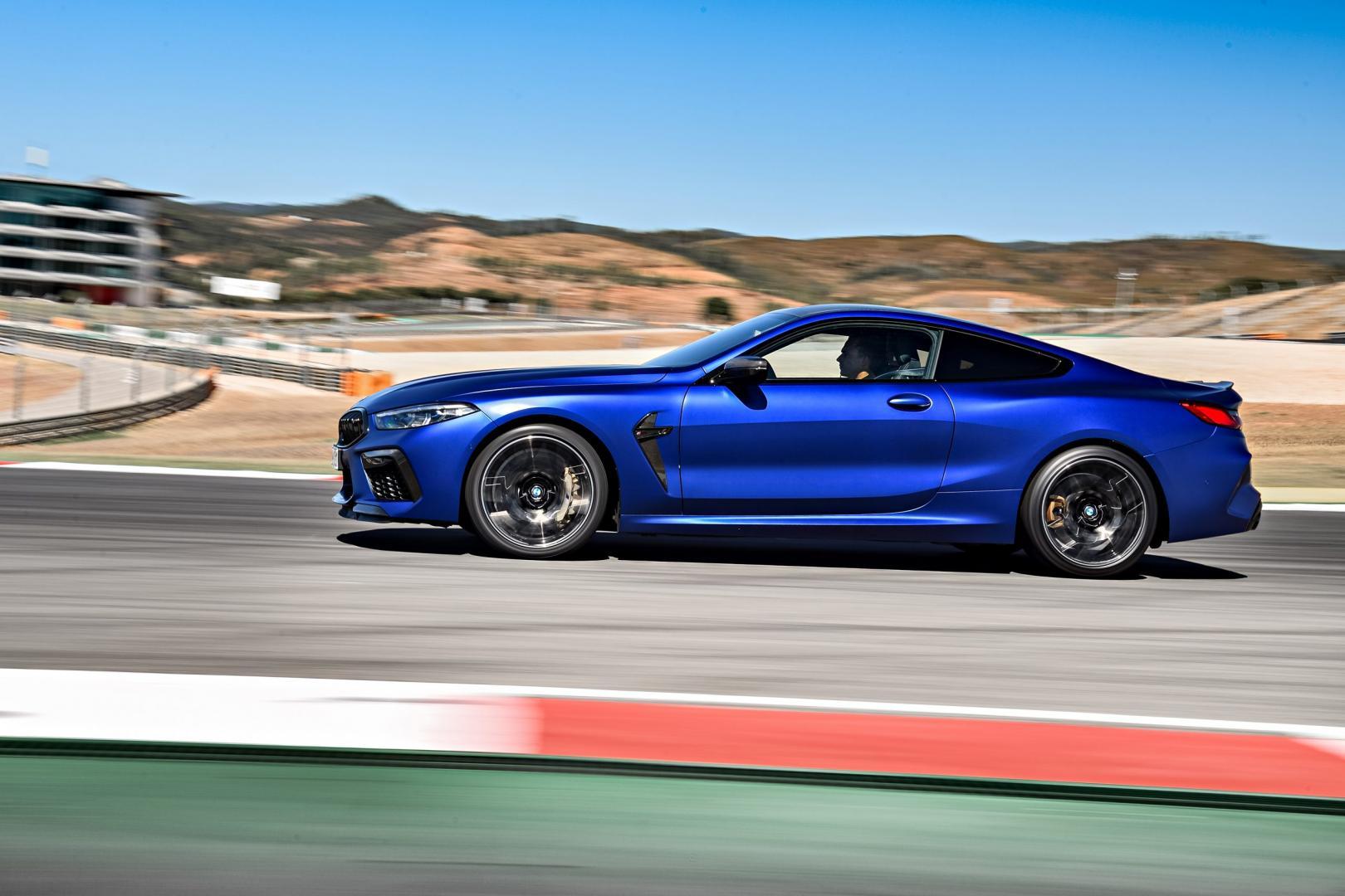 BMW M8 Competition rijder recht zij