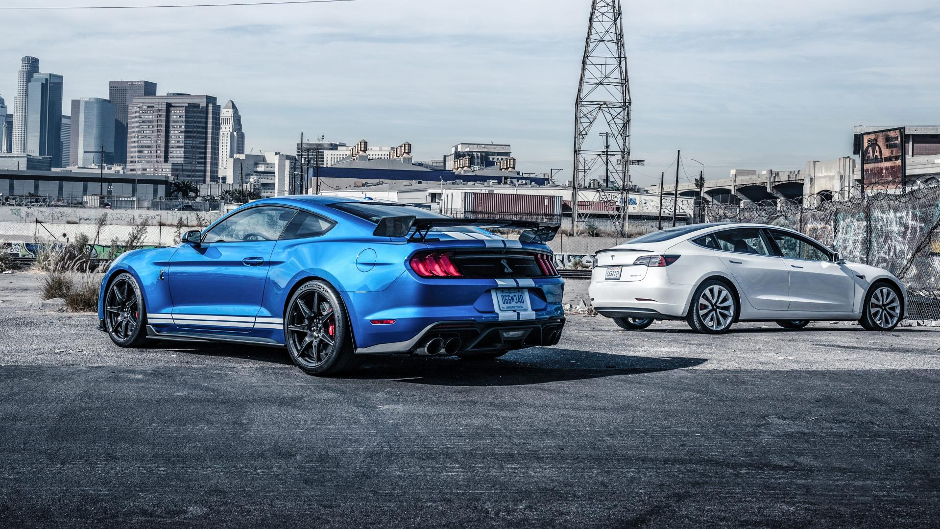 Ford Mustang Shelby GT500 vs Tesla Model 3 achterkanten