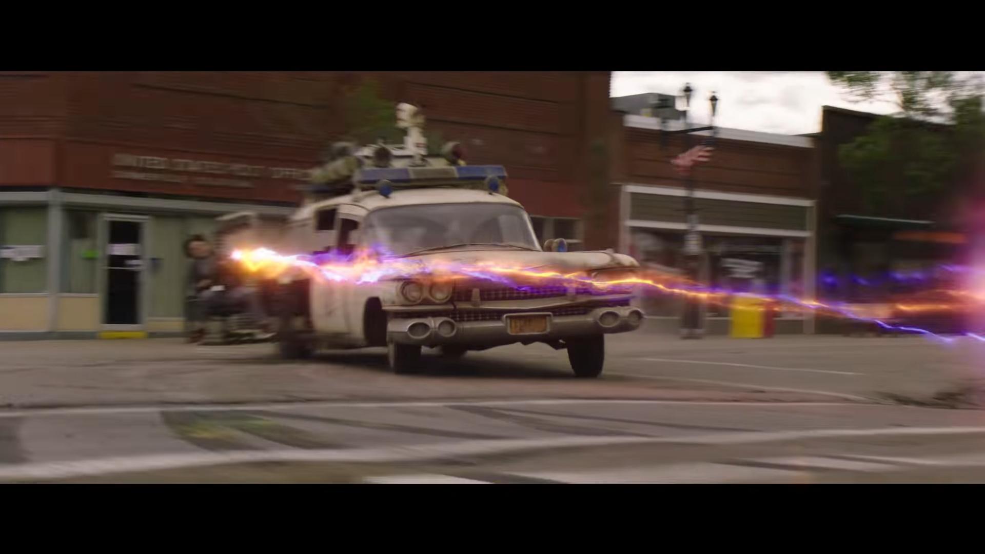 Ghostbusters Ecto-1 3 4 voor rijder drift op straat