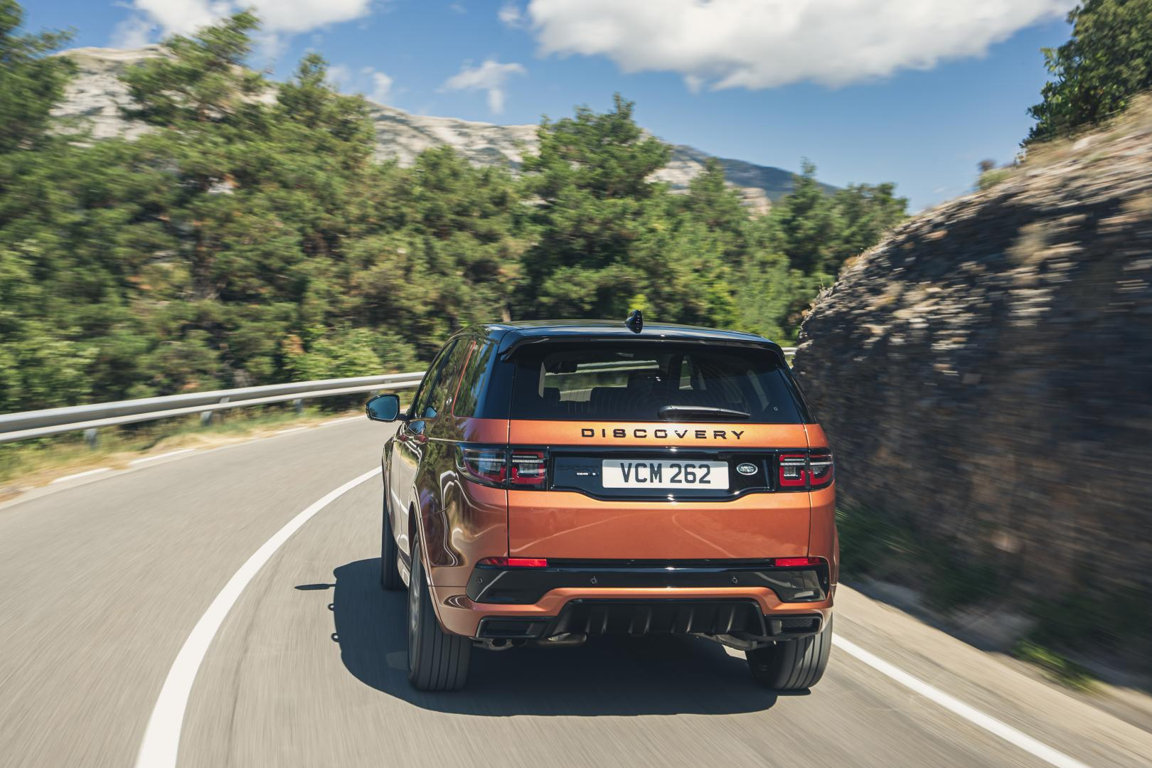 Land Rover Discovery Sport D250R-Dynamic S rijder achter