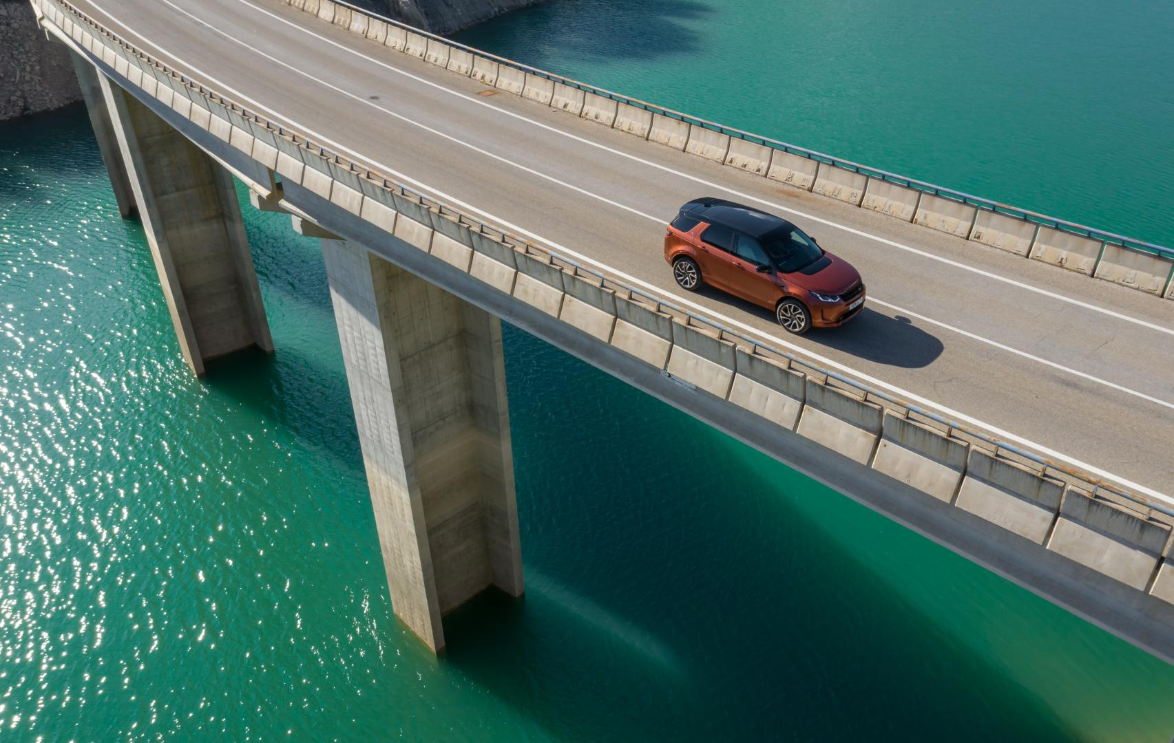 Land Rover Discovery Sport D250R-Dynamic S rijder op brug