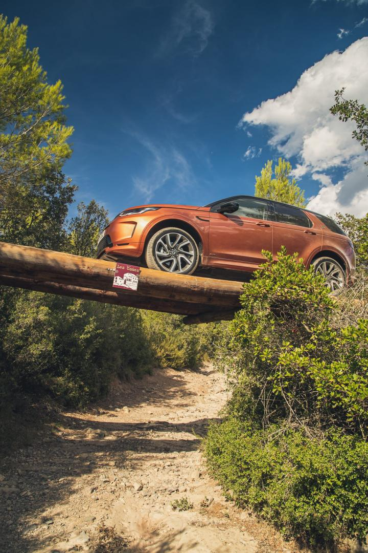 Land Rover Discovery Sport D250R-Dynamic S rijder over bruggetje