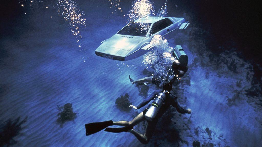 Lotus Esprit James Bond onder water met duikers