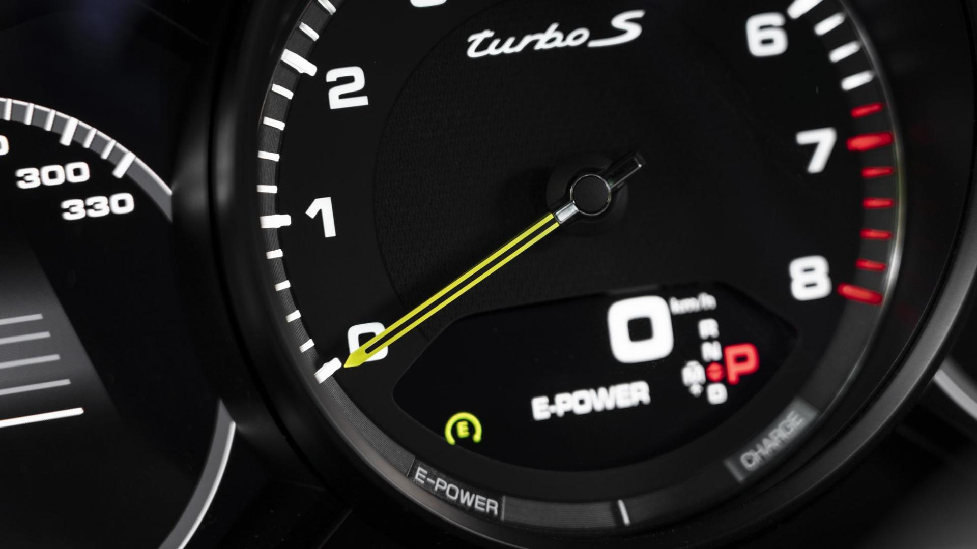 Porsche Cayenne Turbo S E-Hybrid Coupé interieur detail kilometerteller