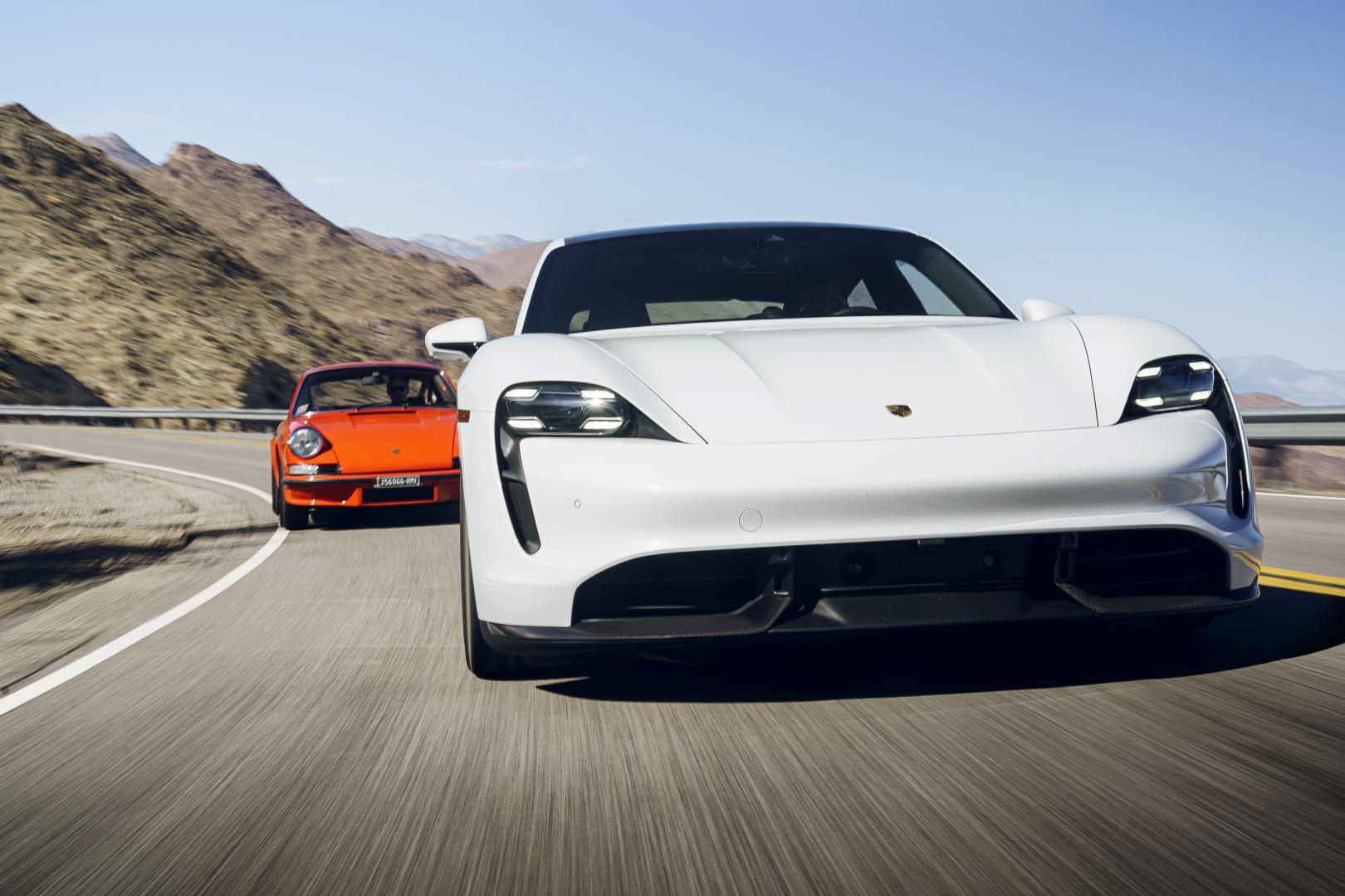 Porsche oer 911 vs Porsche Taycan rijders voorkant