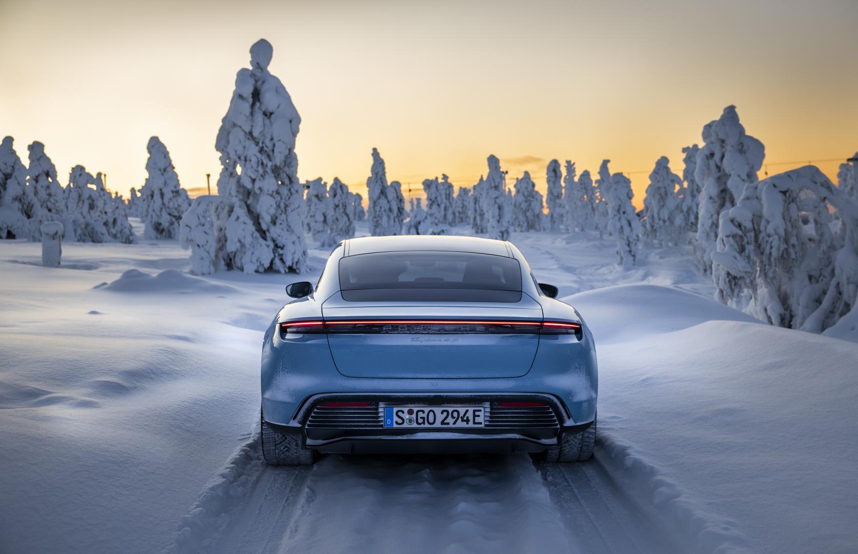 Porsche Taycan 4S door de sneeuw