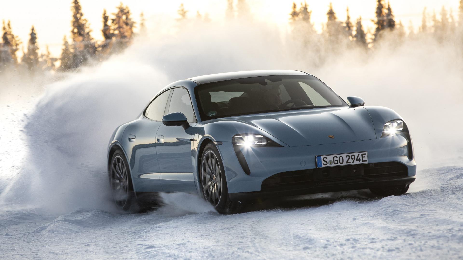 Porsche Taycan 4S drift door de sneeuw