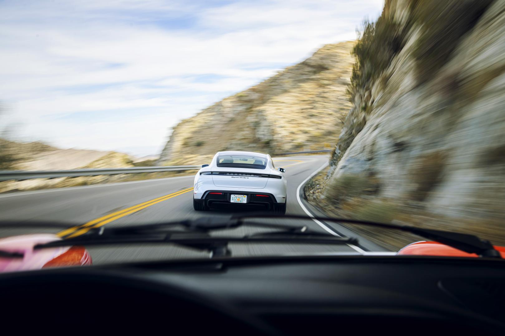 Porsche Taycan rijder achterkant