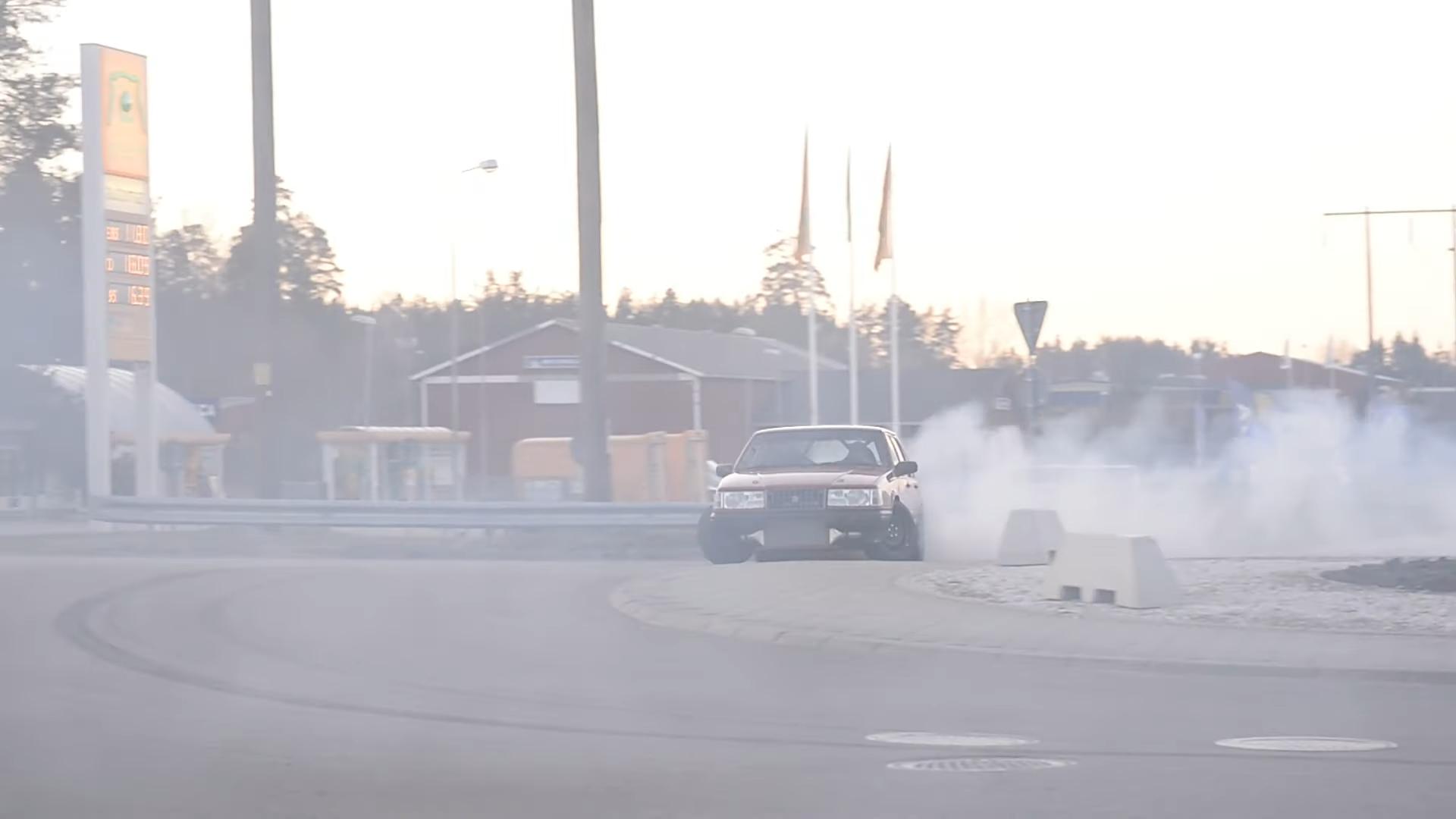 Volvo 940 met Supra-motor driftend op rotonde recht voor