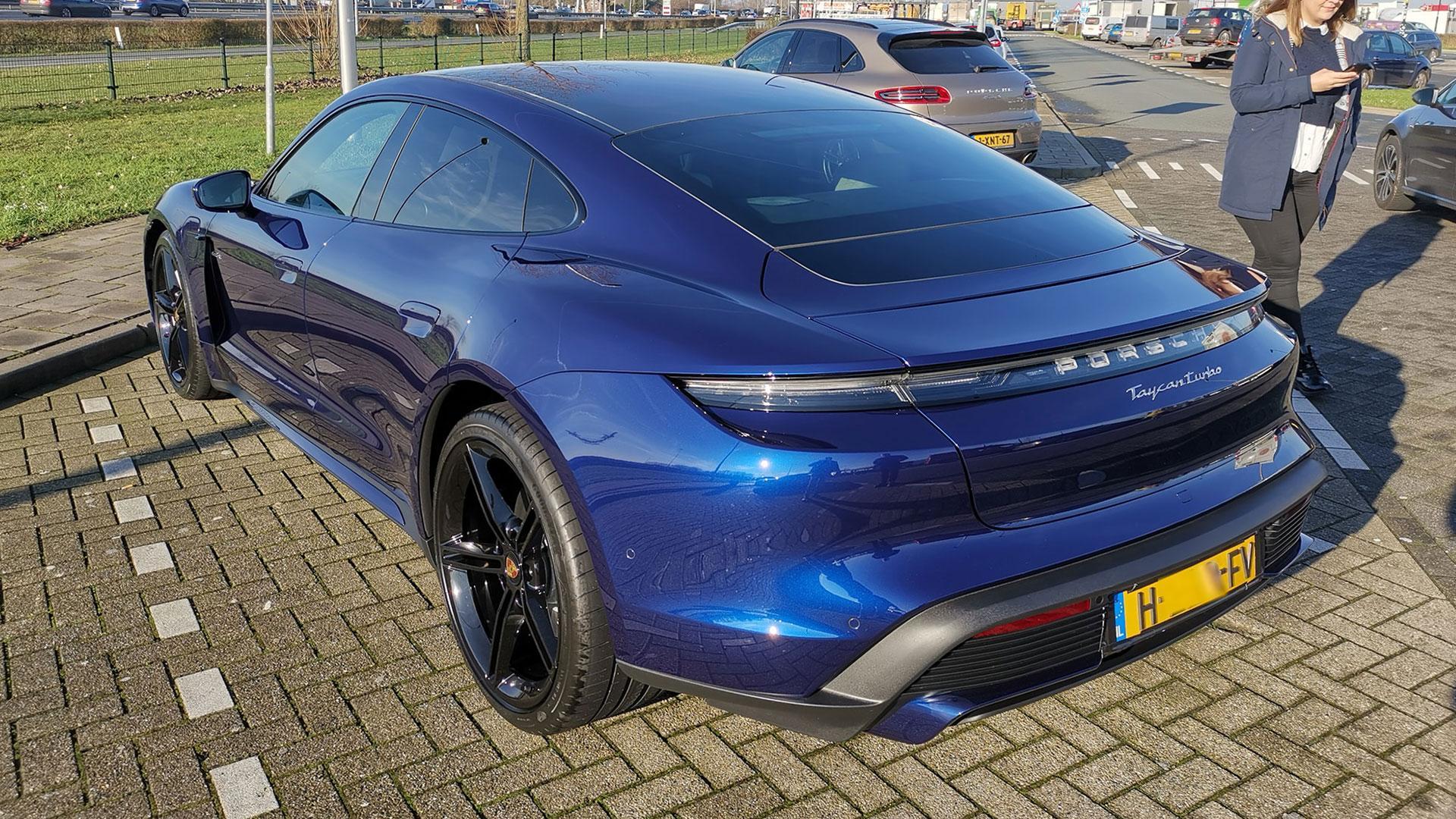 Nederlandse Porsche Taycan Turbo Blauw
