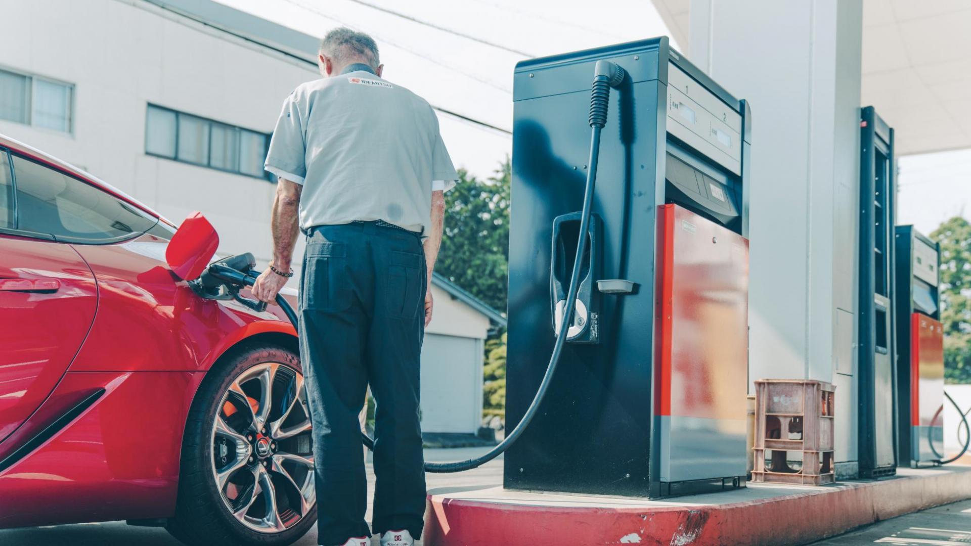 Lexus LC 500 bij tankstation benzine tanken