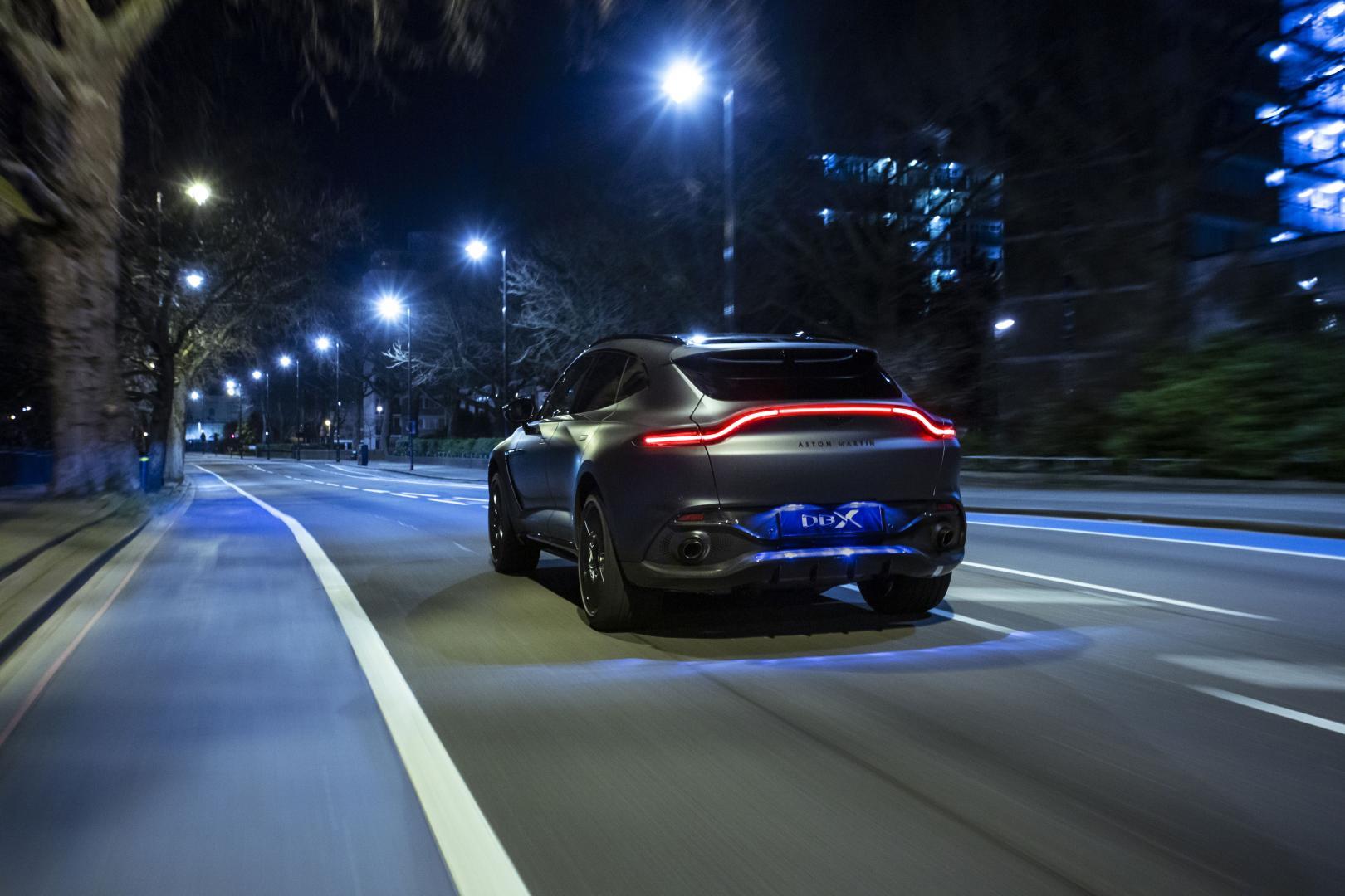 Aston Martin DBX by Q in de nacht door Londen