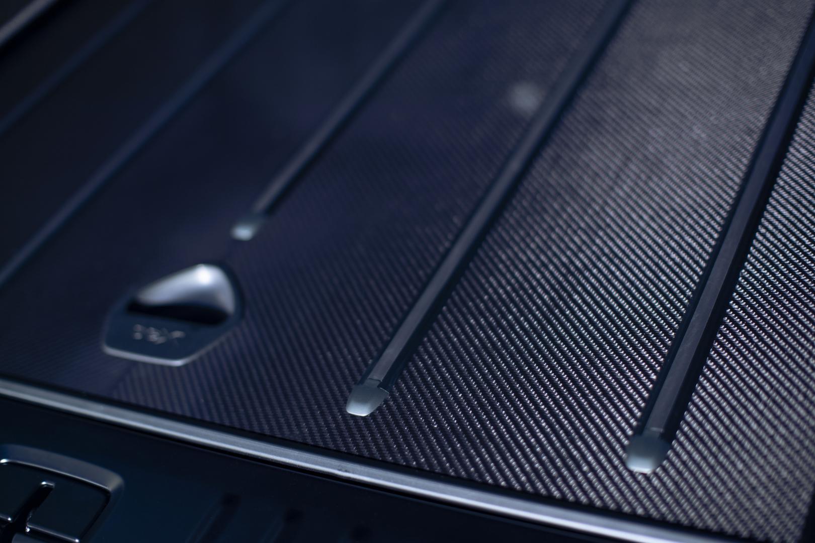 Koolstofvezel laadvloer kofferbak in de Aston Martin DBX by Q