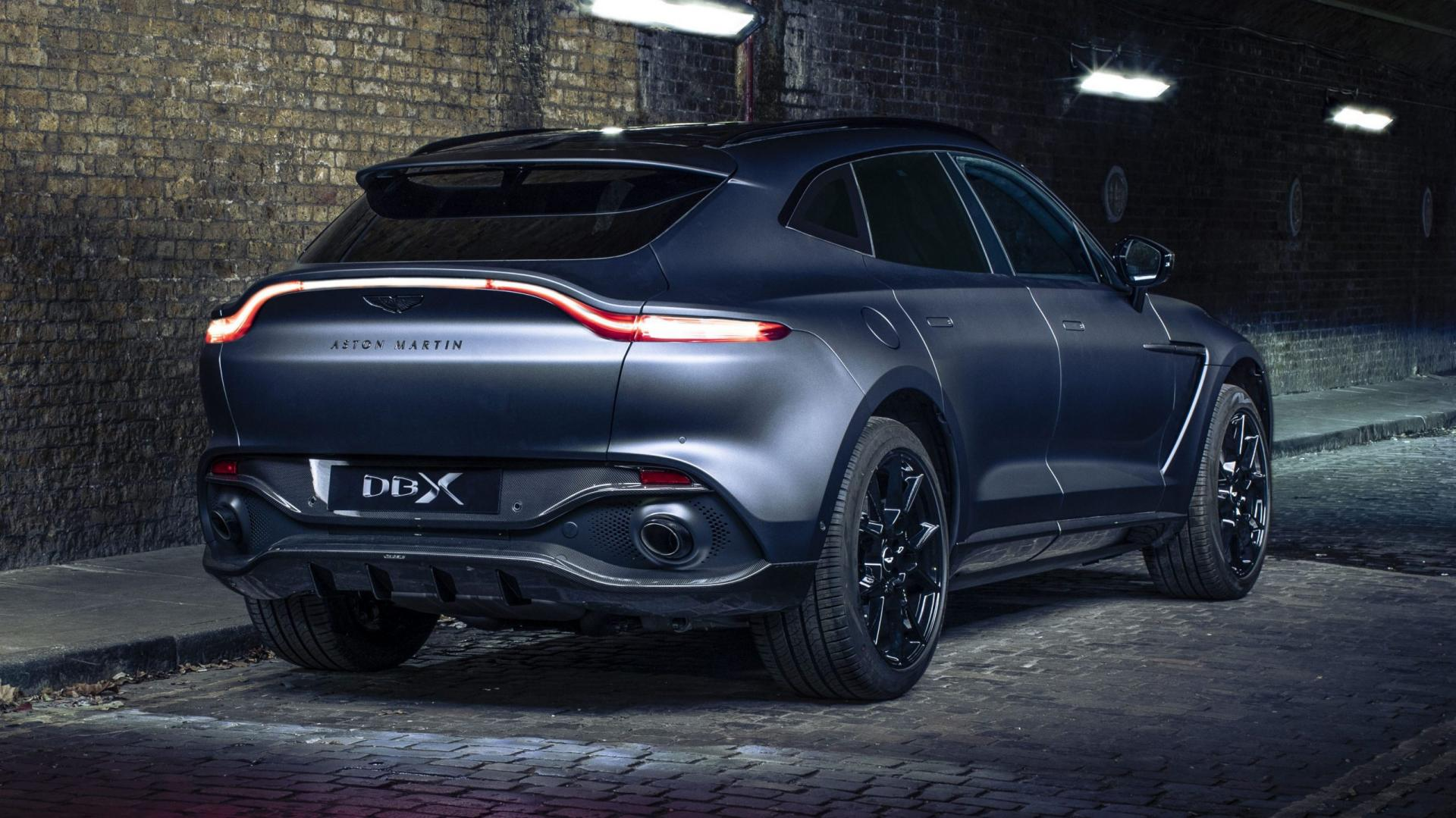 Aston Martin DBX by Q in donker steegje