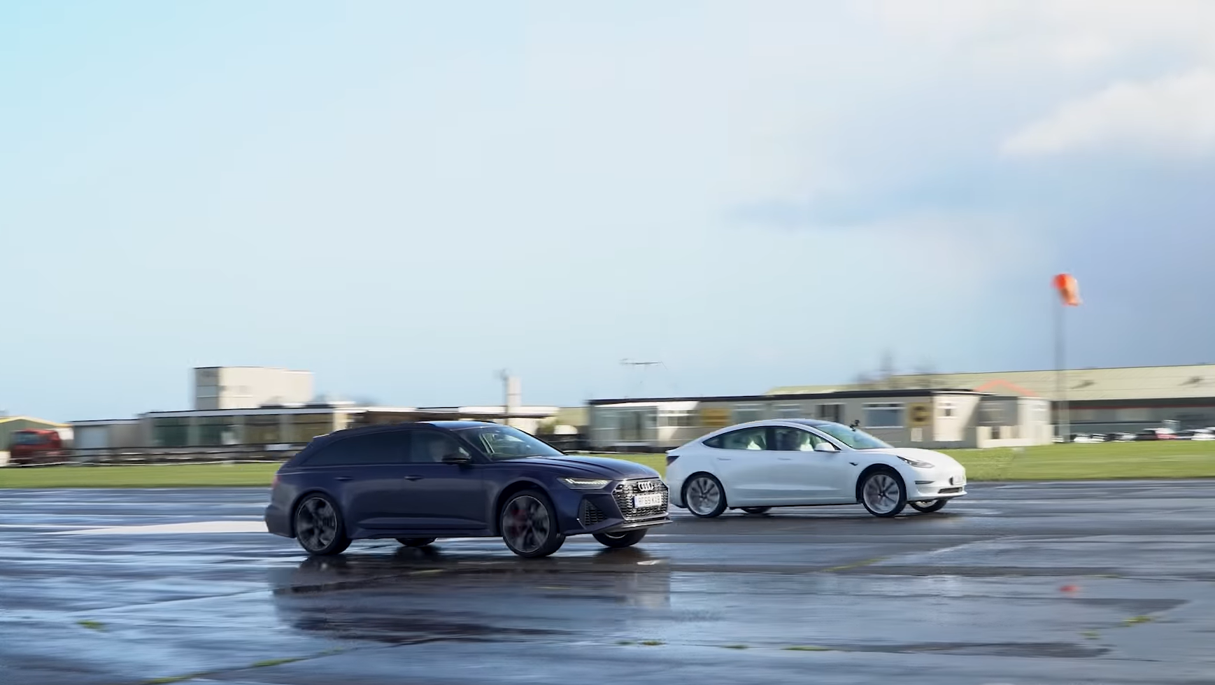 Audi RS6 Avant C8 vs Tesla Model 3 Performance dragrace zij