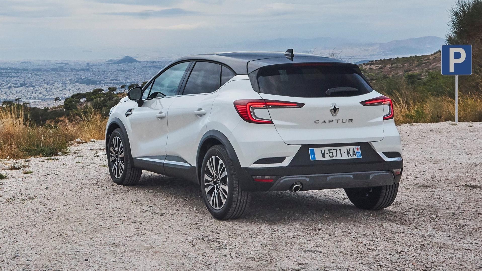 Renault Captur op parkeerplaats met uitzicht en p-bordje
