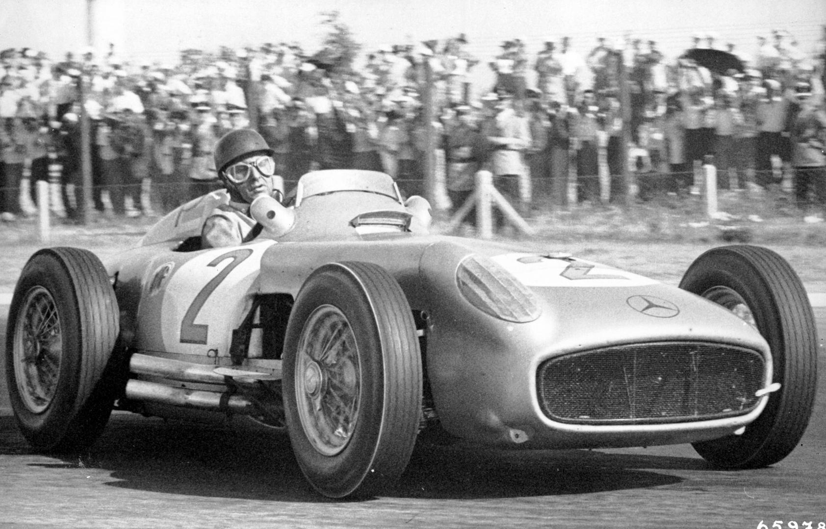 Juan Manuel Fangio rijder 3 4 voor GP van Argentinië 1955