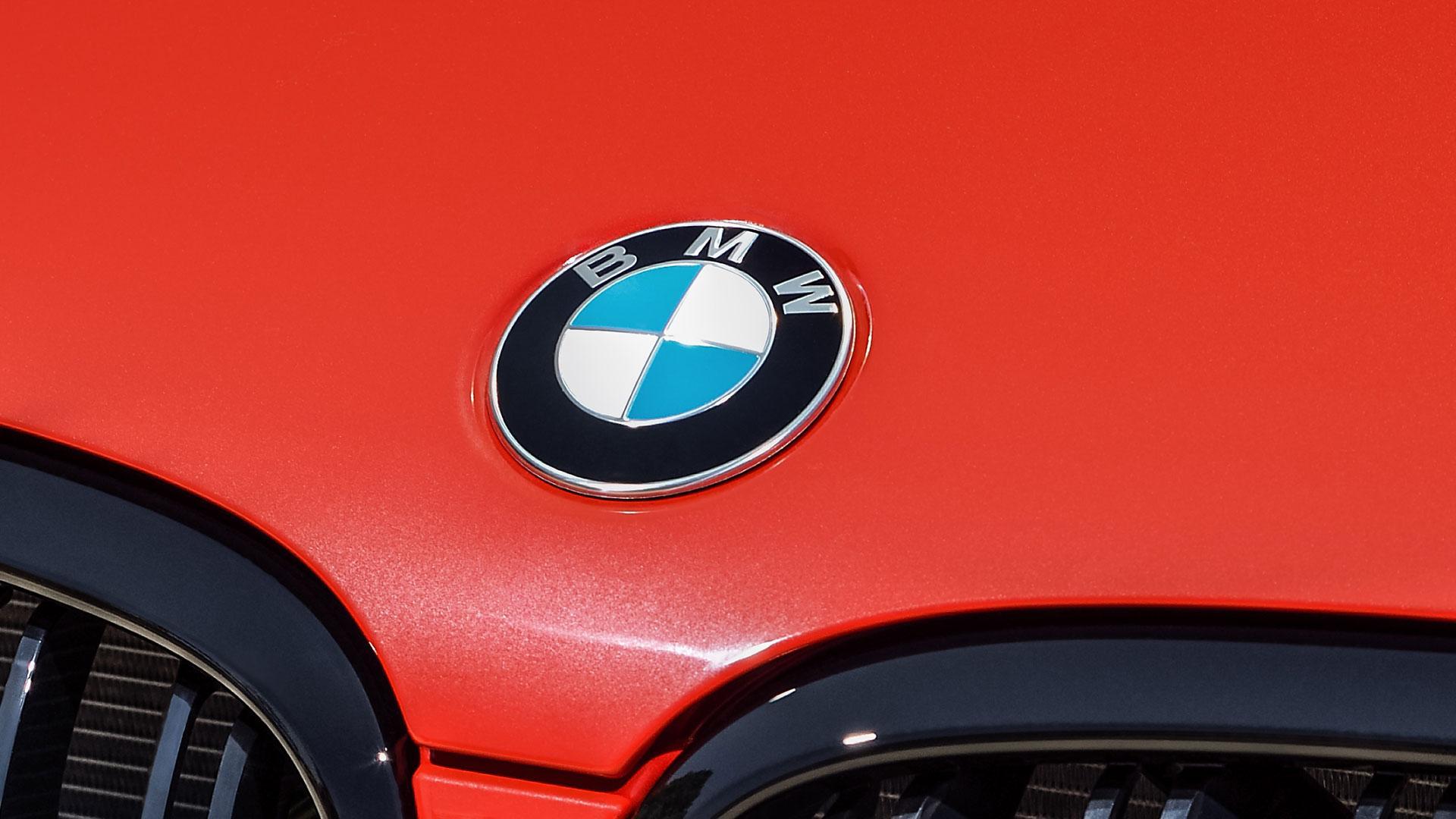 Oude BMW-logo op motorkap