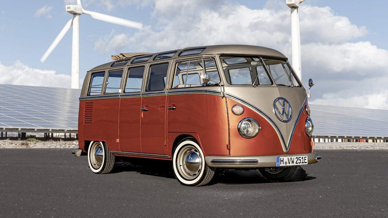 Elektrische Volkswagen T1 bij zonnepanelen en windmolens