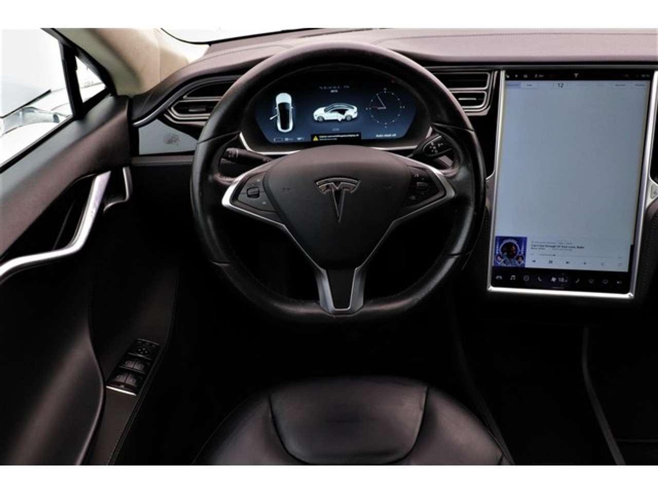 Goedkoopste Tesla interieur zicht bestuurder